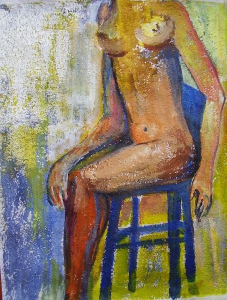 Frau auf blauem Stuhl